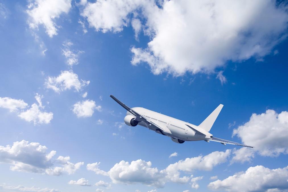 飛行機内のカラッカラな空気からお肌を守る、4つの保湿テクニック