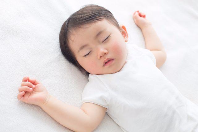 可愛いけれど不思議!赤ちゃんがバンザイの姿勢で寝る理由7つ