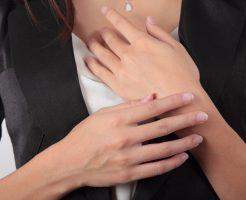 意外と目立つ「胸元ニキビ」の7つの原因と自宅でできる治し方