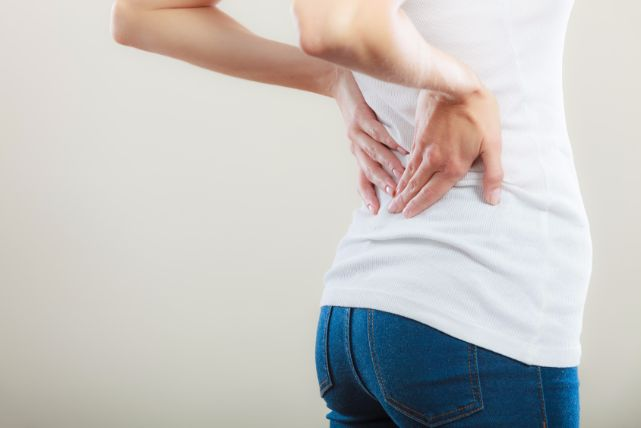 ズキッ、背中の痛みの主な原因4つ!部位別の原因と対処法