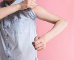 夏ファッションを楽しむ!気になる二の腕を隠す&細く見せる方法