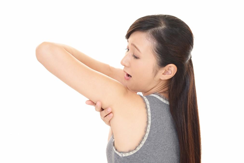 夏場は隠せないから早く治したい。腕ニキビの原因と4つの治し方