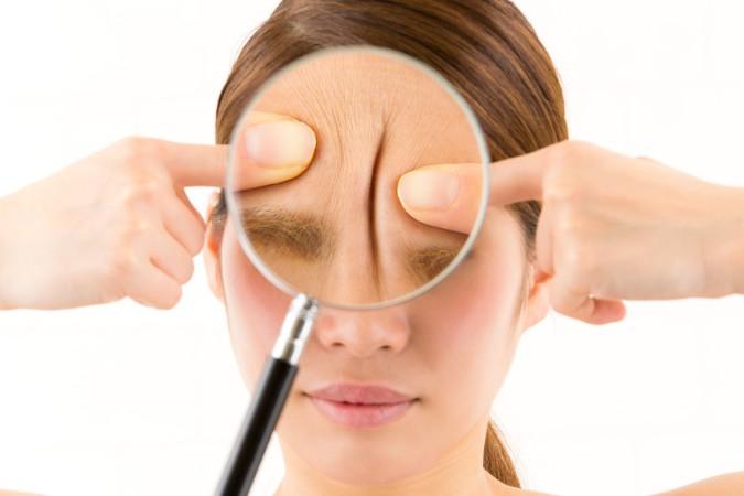 眉間のシワを自宅で消す方法