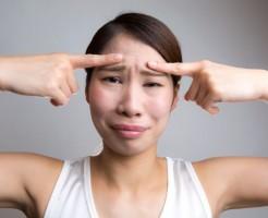 不機嫌そうに見られて損をする!「眉間のシワ」の5つの改善法