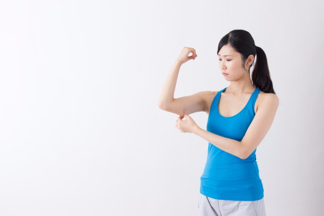 二の腕のセルライトを除去する、セルフケア マッサージの方法3つ