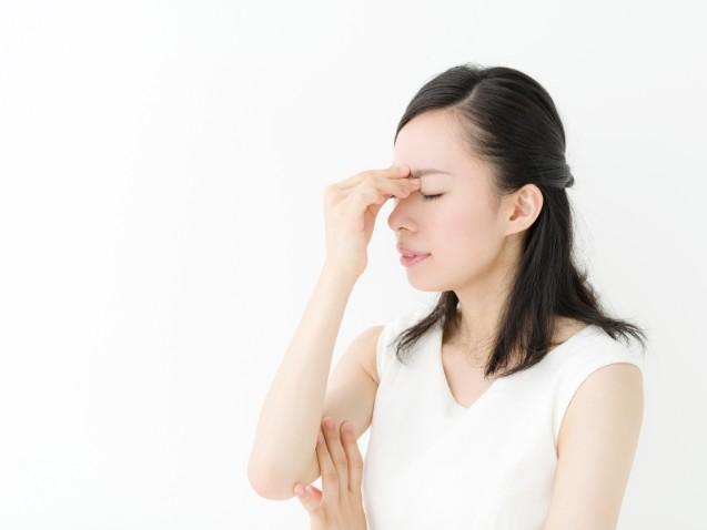 眉間のシワの原因と改善する方法