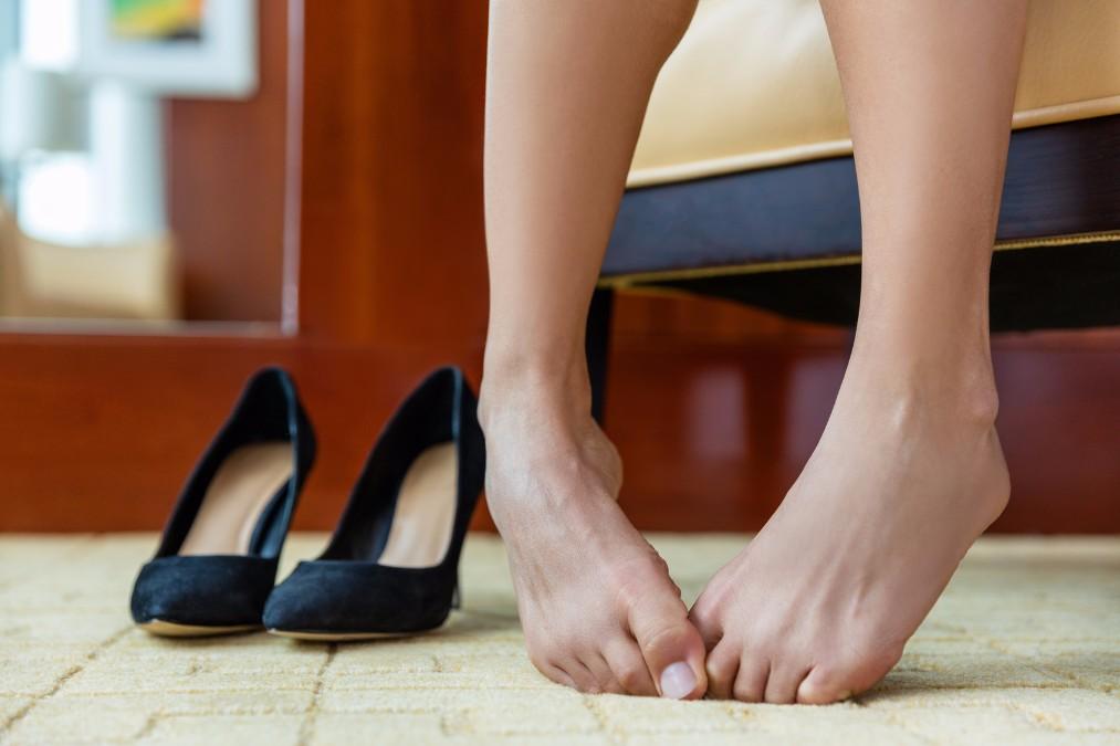 足指がつる4つの原因とは?シーン別対処法と予防法も解説
