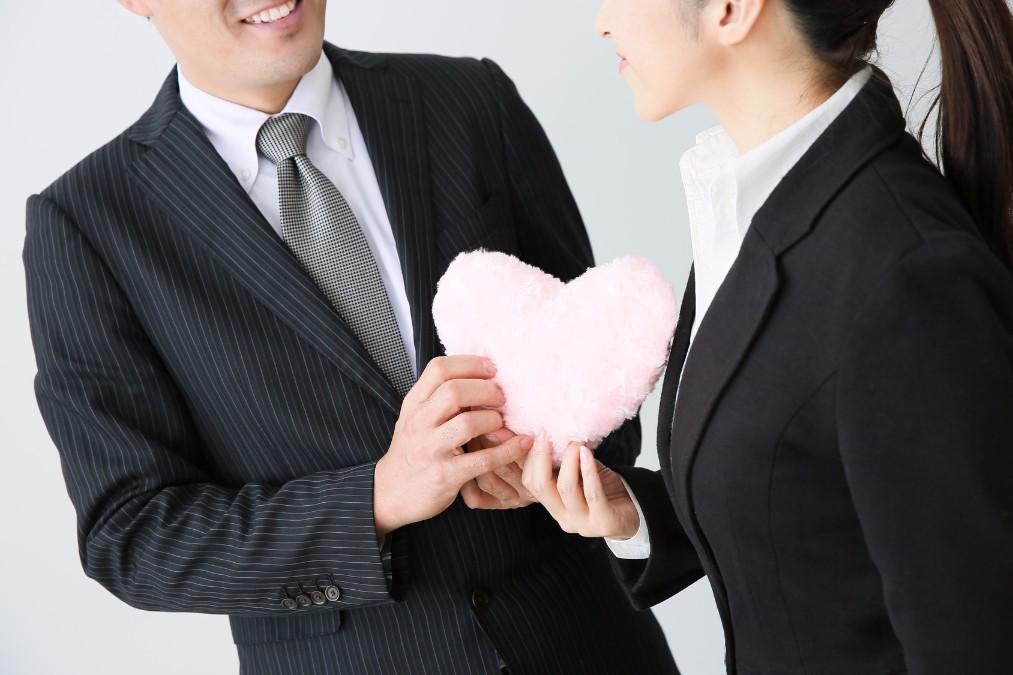 結婚前提の恋愛中の方必見!職場結婚を報告する時のマナー