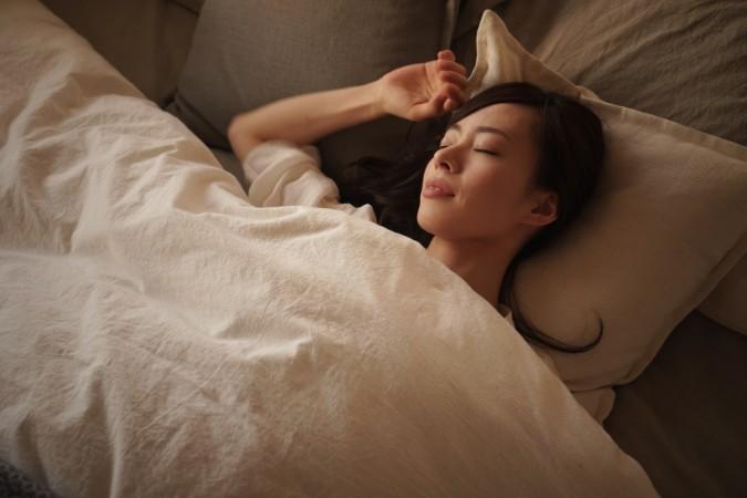 寝ている間に二重まぶたができる「夜用アイプチ」の使い方