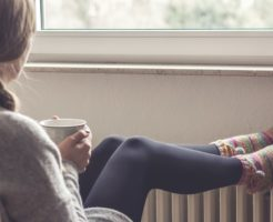 仕事や睡眠も妨げる「足の冷え」が起こる8の原因と改善法