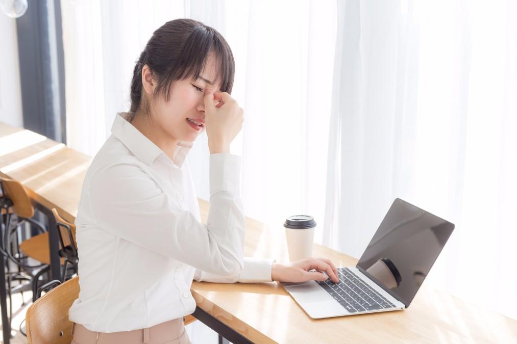 辛い目の乾きを引き起こす「ドライアイ」の14の症状と治し方