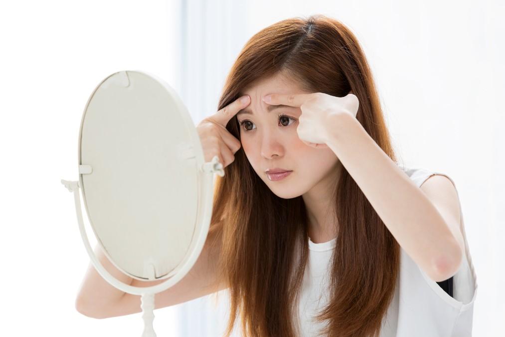 眉間のシワの原因と解消法