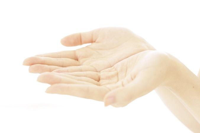 手をつなぐのが恥ずかしい方へ!ベタベタ手汗の原因と対策