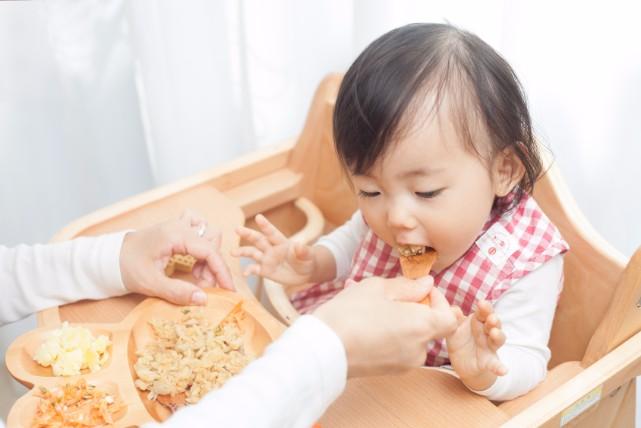 大人と同じものもOK。1歳頃(離乳食完了期)の食事の与え方