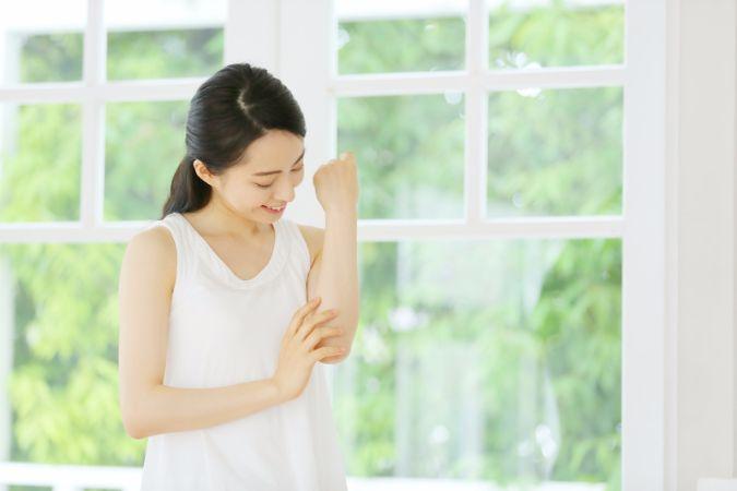 原因は摩擦かも!清潔感を感じない肘の黒ずみをきれいに解消しましょう