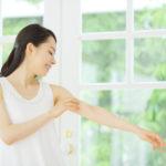 二の腕のブツブツの原因と治し方