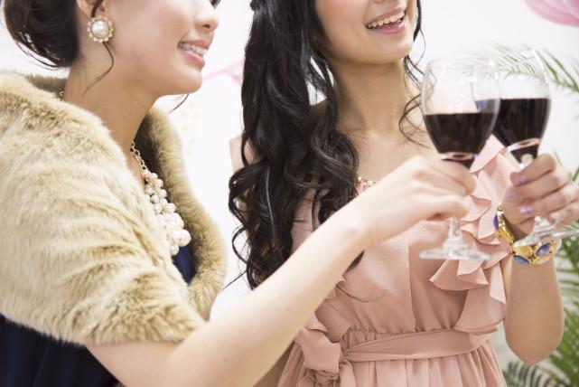 会場で微妙に変わる!女性ゲストの結婚式二次会服装マナー