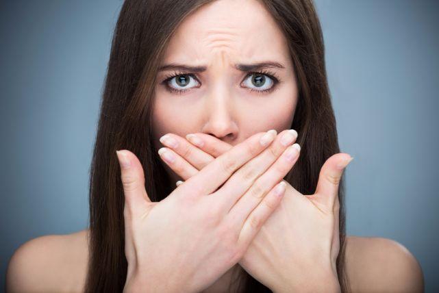 喉の奥から出てくる「臭い玉」。本当にイヤな「膿栓」の原因と取り方