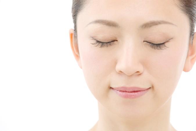 目元にシミが出現する原因と自力で薄くする方法