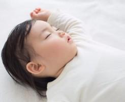 大量の寝汗をかく赤ちゃんのために!快眠に導いてあげる2つの方法