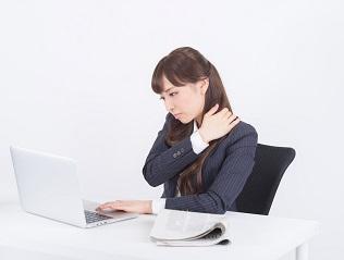 首のコリがツライ時の原因と対処法