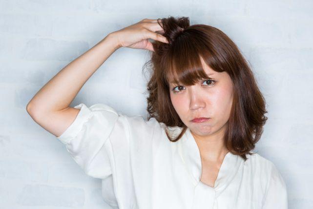 あなたの口臭の原因かも!舌が白い9つの原因と舌ブラシの使い方