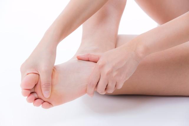 金子エミさんが20年も実践。カンタン「足裏角質」保湿ケアの方法