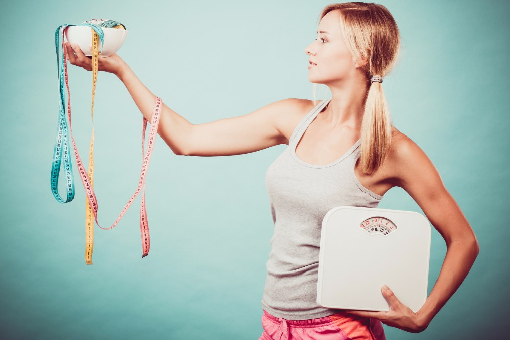 楽しく飛んで体重を落とす「トランポリンダイエット」のやり方